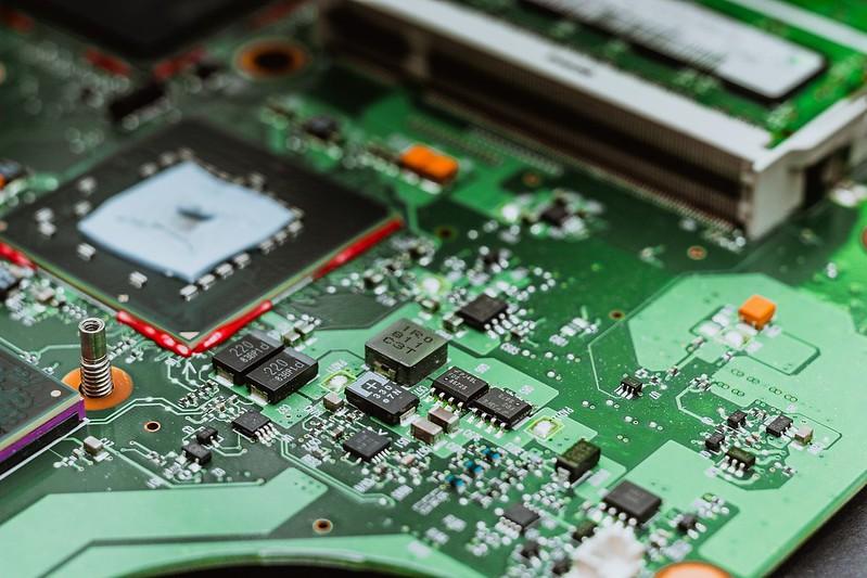 """Elektroniikkalaitteet sisältävät kymmennittäin eri metalleja ja komponentteja. Olisiko eettisen läppärin tekeminen mahdollista? Kannattaa seurata Eettisen kaupan puolesta ry:n hanketta """"Eettisen läppärin jäljillä."""" Kuva: pexels.com"""