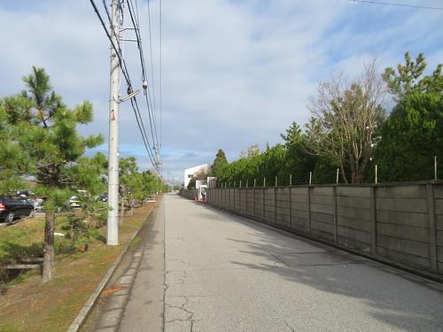 金沢競馬場の裏手の道を行く