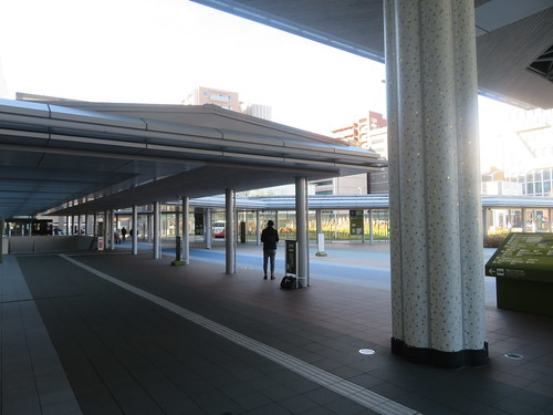 金沢駅西口のバスターミナルを目指す
