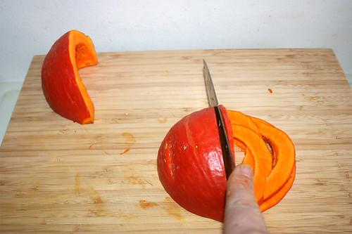10 - Kürbis in Spalten schneiden / Cut pumpkin in cleaves