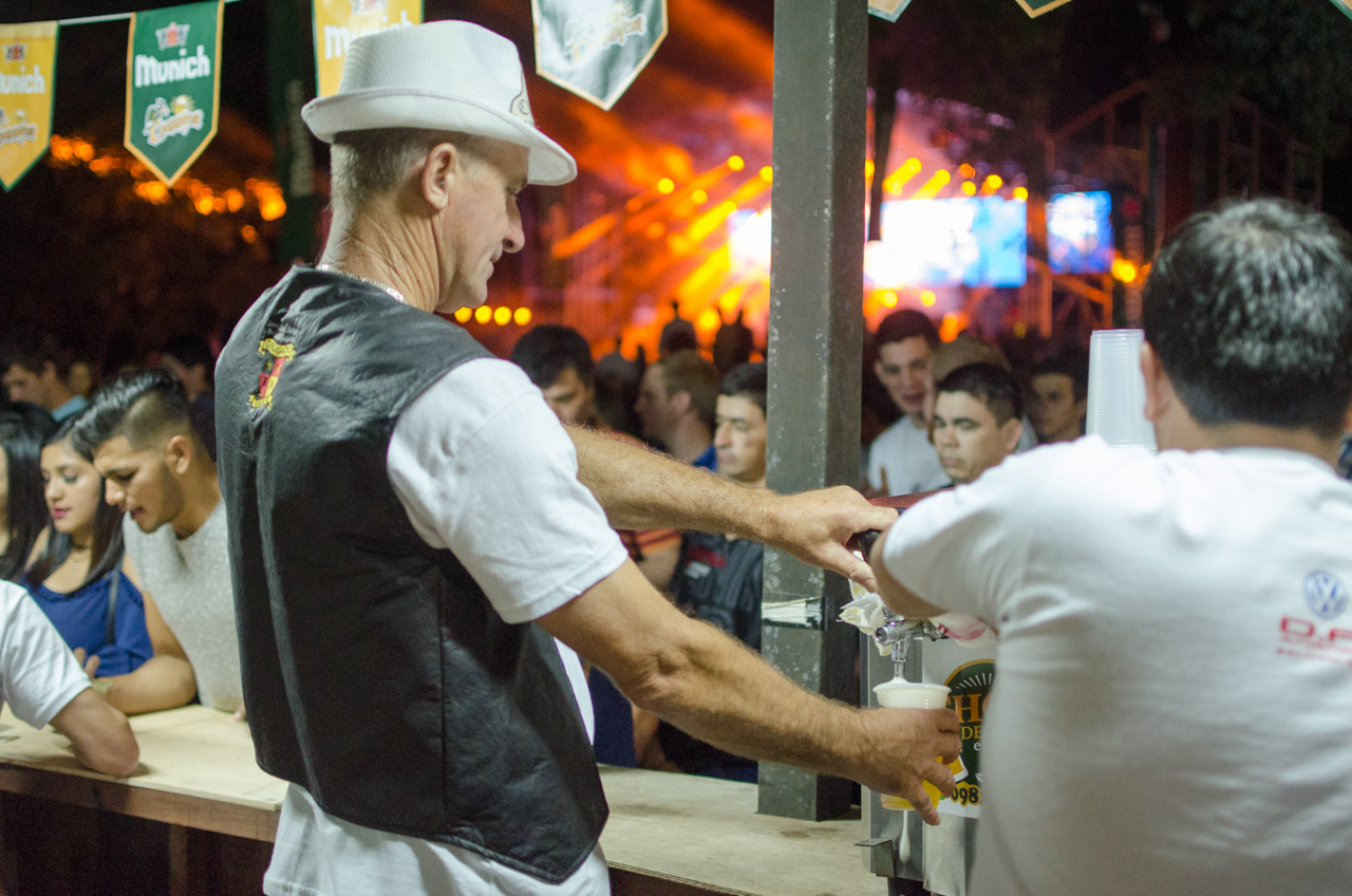 Al ritmo de la música, los jóvenes hacen largas filas para adquirir una manija fría y llena de chopp. (Elton Núñez).