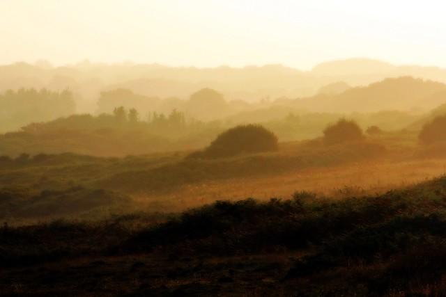 Lever de soleil brumeux dans la baie des Trépassés - Bretagne - France