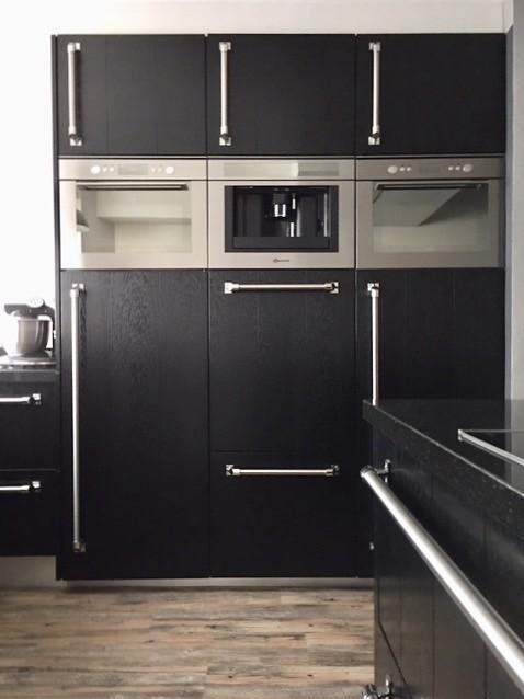 Hoge kasten zwarte keuken