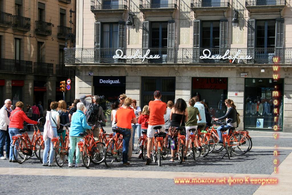 Туристы-велосипедисты в Барселоне.