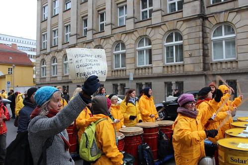 Menschenkette: Stoppt die Eskalation. Atomwaffen Šchten..