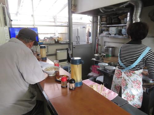 金沢競馬場のいなりうどんを別盛りで食うおっちゃん