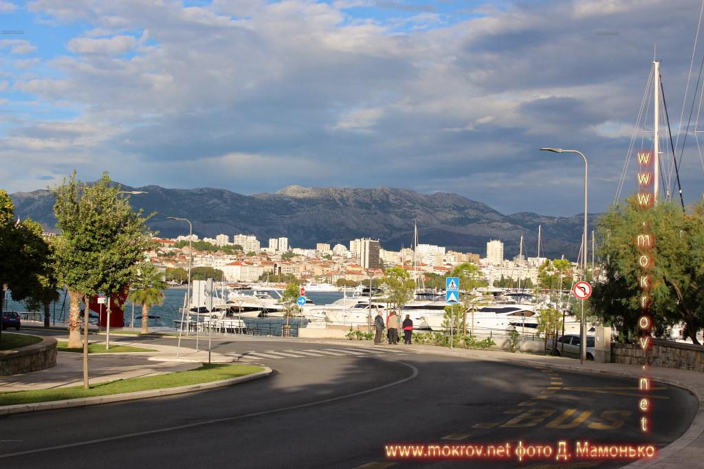 Исторический центр Сплит — город в Хорватии прогулки туристов с Фотоаппаратом