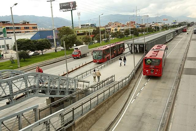 Trasmilenio en Bogota y estación en transito