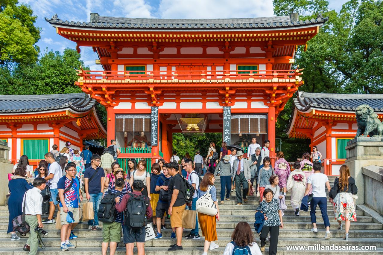 Entrada desde Shijo-dori al santuario Yasaka