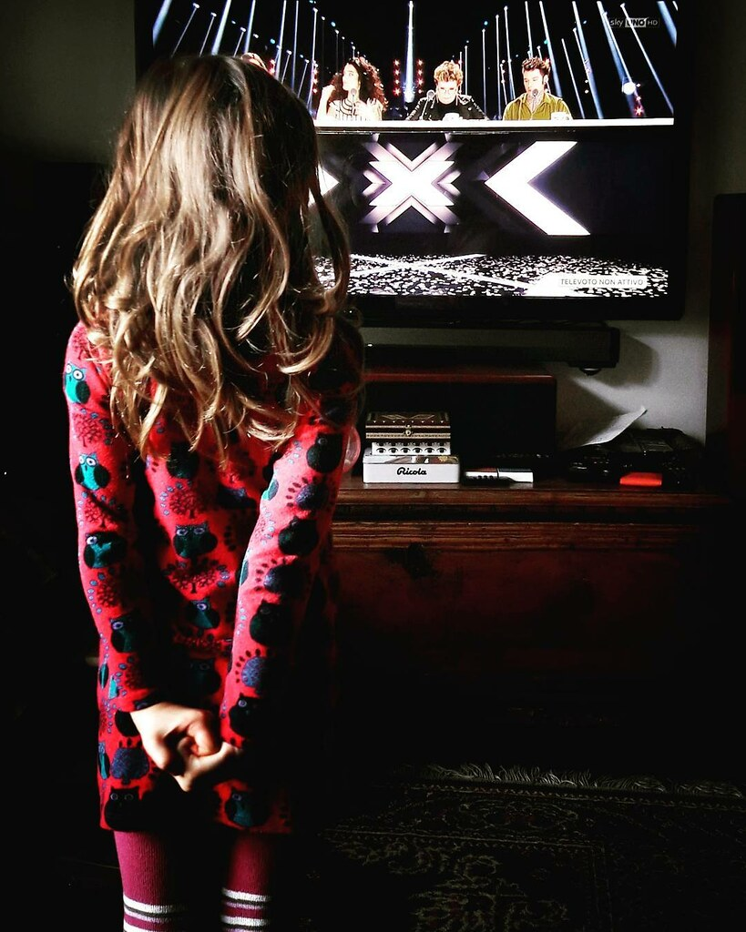 Margherita watching X-Factor #mybabygirl #life #home #tv #music #xfactor #xfactoritalia #xf11 #photooftheday #picoftheday #sunday #colorful #relax #fun #igers #igersitalia #igersmilano #girl #kid #play #fun