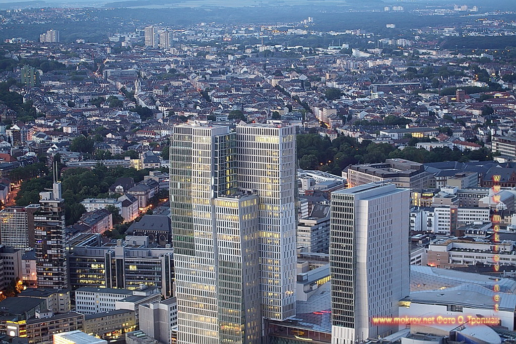 Города Франкфурт на Майне прогулки туристов с Фотоаппаратом