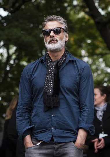 チャコールグレーシャツ×黒ドットストール×ブラックジーンズ