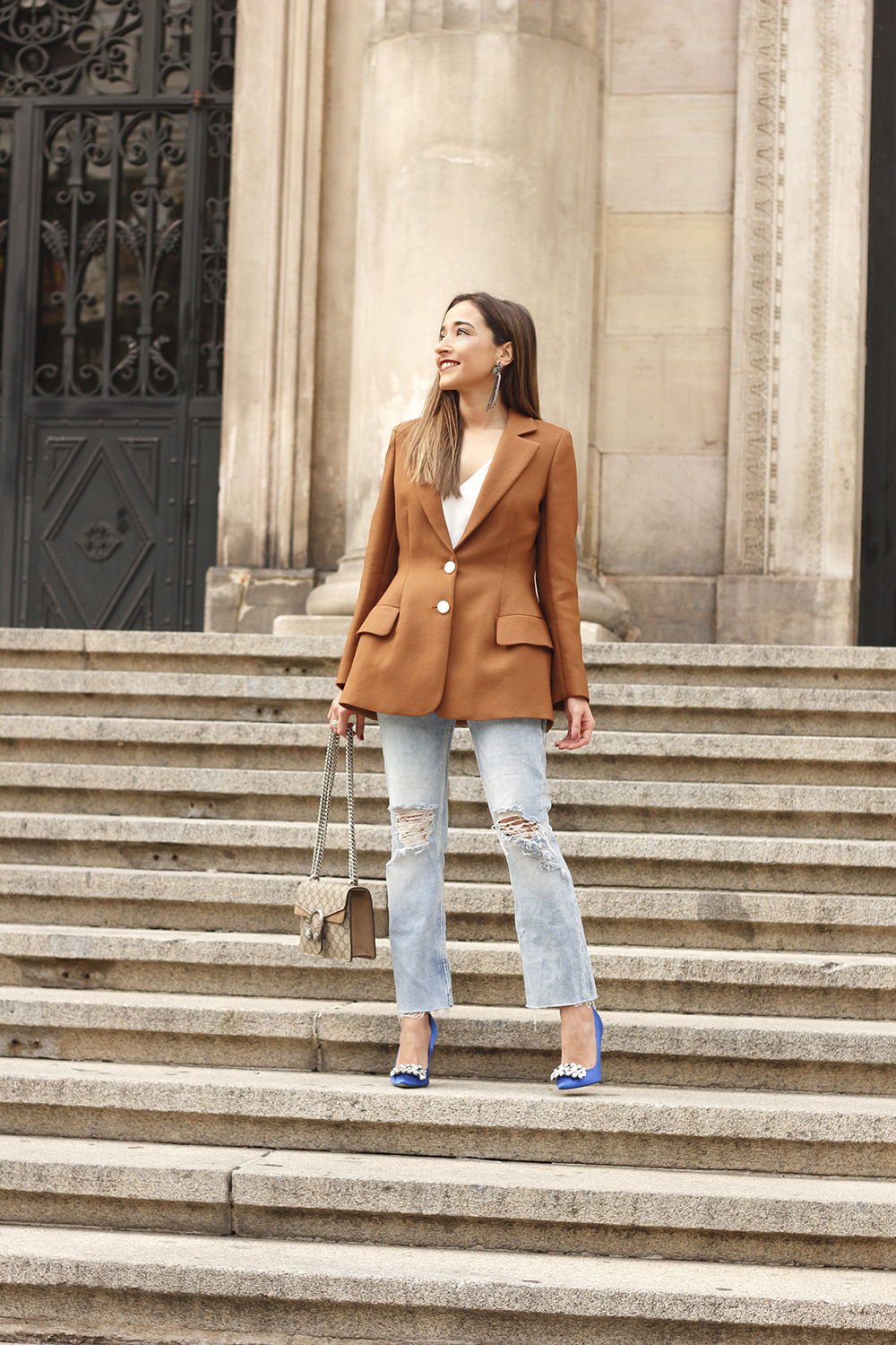 brown blazer uterqüe ripped jeans blue heels gucci bas fall outfit04