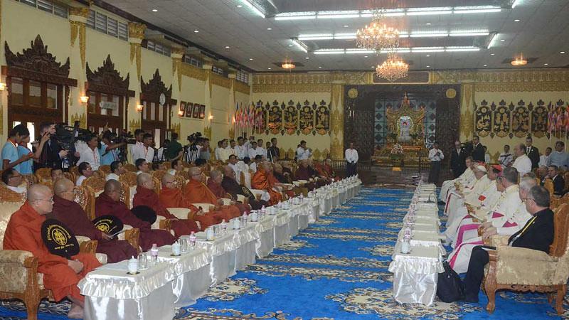 Pertemuan antara Dewan Sangha Myanmar dengan Paus Fransiskus, di Aula Wizaya Minghala Dhamma di Stupa Kaba Aye, Yangon, Rabu (29/11/2017).