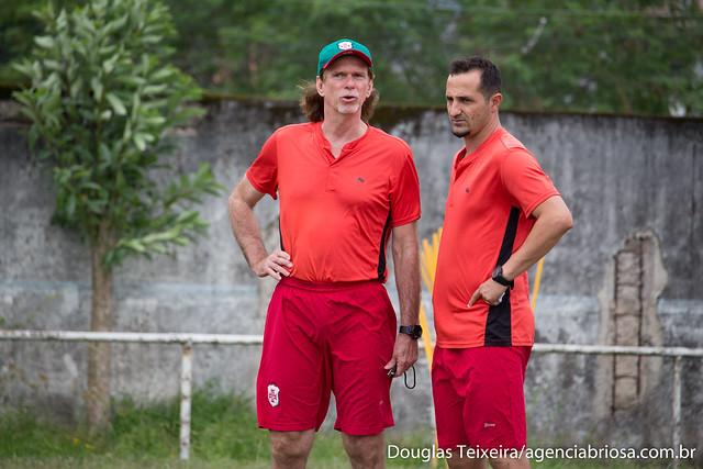 Sérgio Guedes, técnico da Portuguesa Santista, conversa com Lucas Madalosso, auxiliar técnico, durante preparação de pré-temporada para o Paulistão A3 de 2018