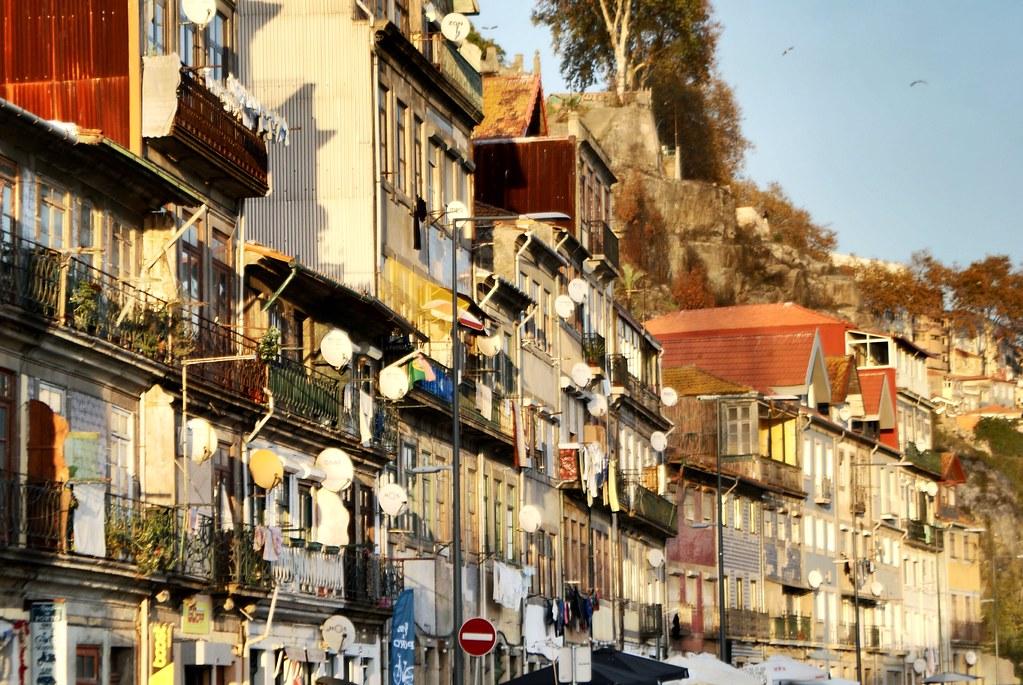 Sur les quais du Douro dans le quartier de la Ribeira à Porto