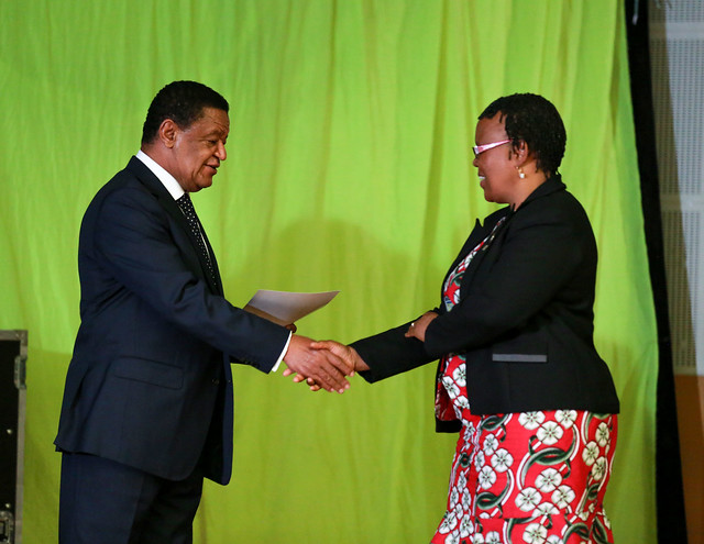 Boni Siboniso receives the honor on behalf of ILRI from H.E Dr Mulatu Teshome, president of Ethiopia
