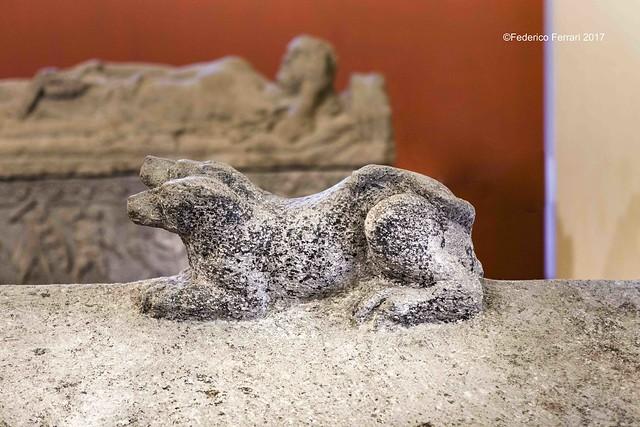 07 Cerbero su sarcofago etrusco