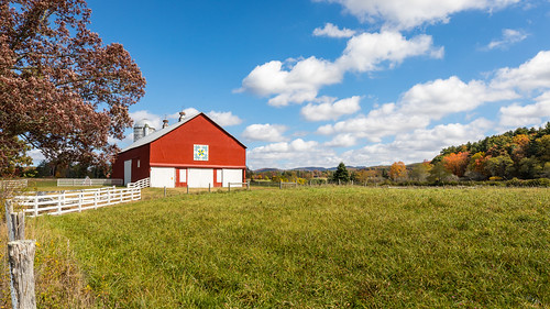 photosbymch landscape mountains fallcolors pasture barn barnquilt fence autumn trees leaves greenbank westvirginia usa 2017 canon 5dmkiv sky clouds outdoors country farm scenic
