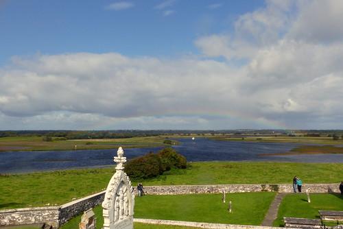 irland ireland èire countyoffaly clonmacnoise monastery shannon fluss river regenbogen rainbow kreuz cross landschaft landscape natur nature gegenlicht backlight ivlys