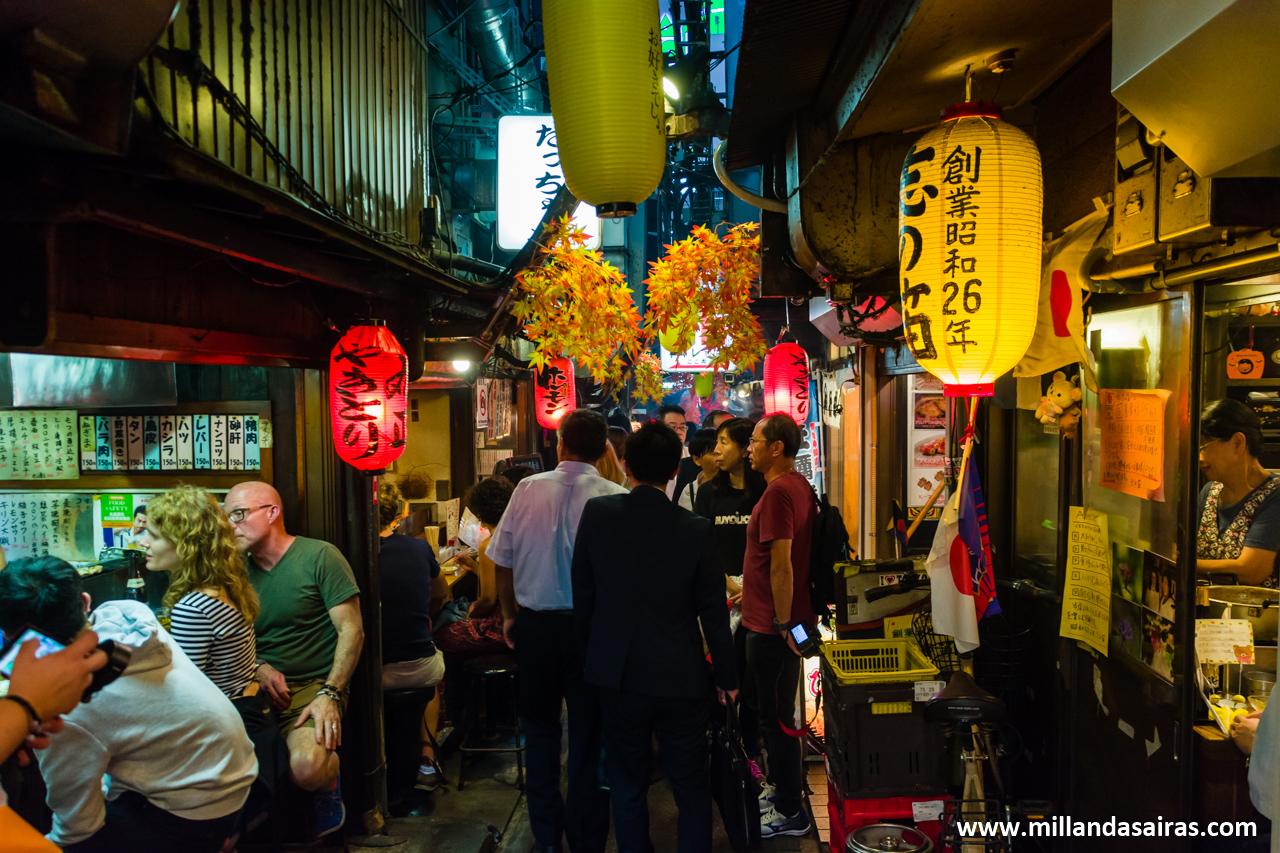 Calles de Omoide Yokocho, en Shinjuku, Tokyo