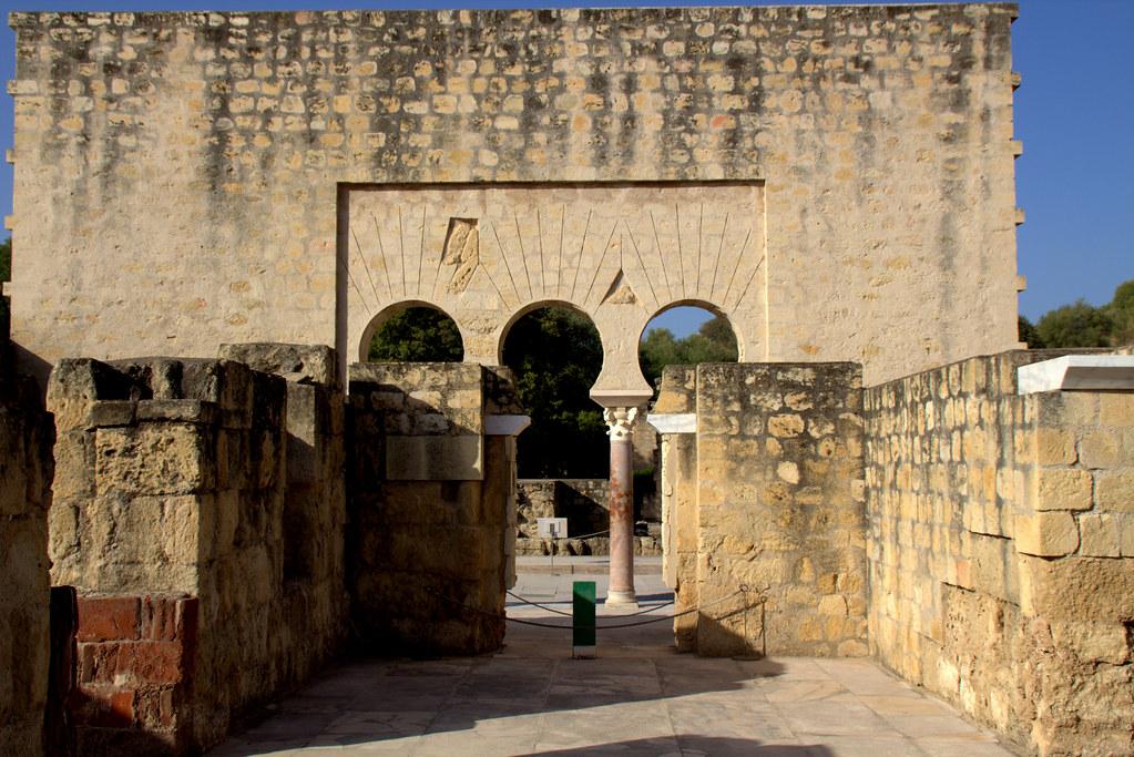 Medina Azahara, castellanización del nombre en árabe, مدينة الزهراء Madīnat al-Zahrā'