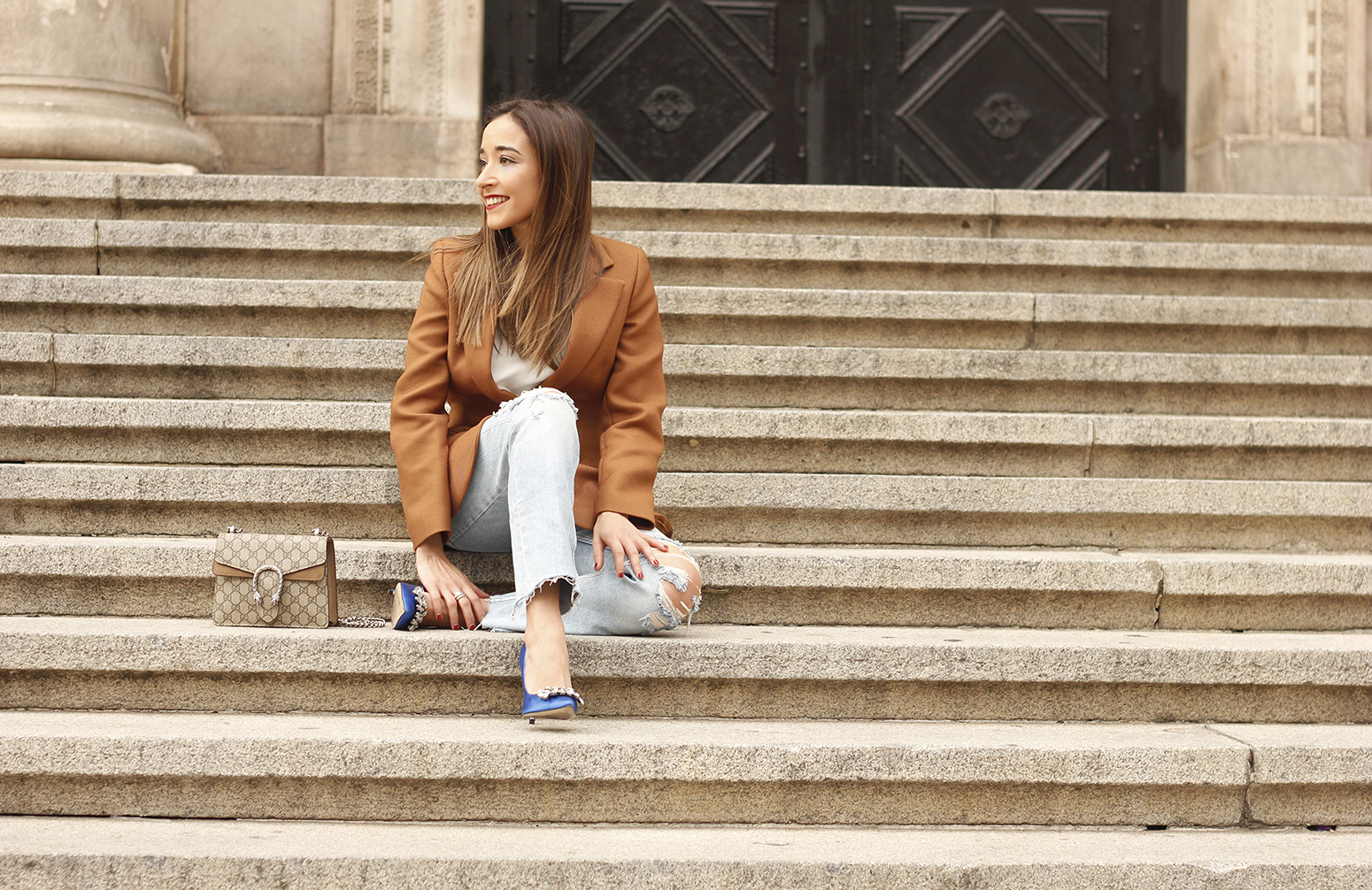 brown blazer uterqüe ripped jeans blue heels gucci bas fall outfit14