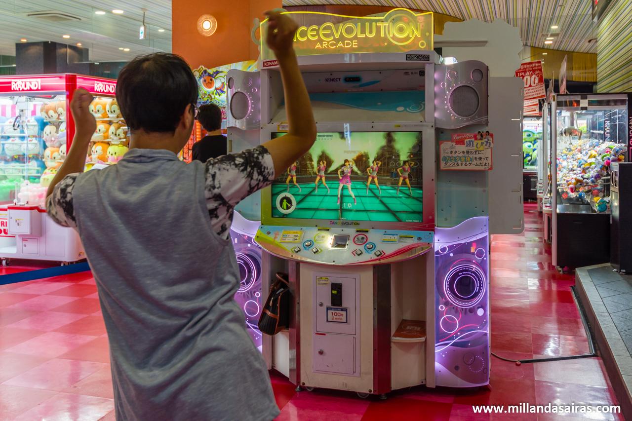 Disfrutando de Dance Dance Revolution en un salon recreativo de Osaka