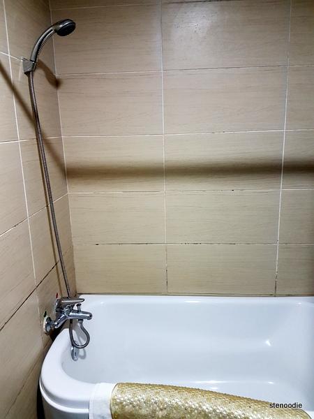 Jingxi International Hotel shower and tub