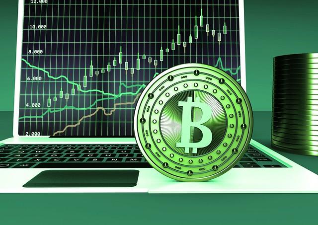 Bitcoin vor Laptop - gruen