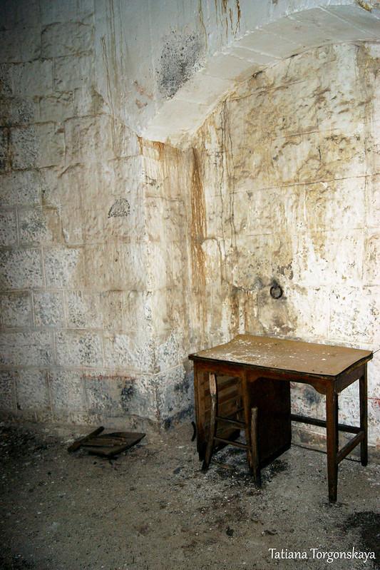 Стол в крайней комнате на 2 этаже