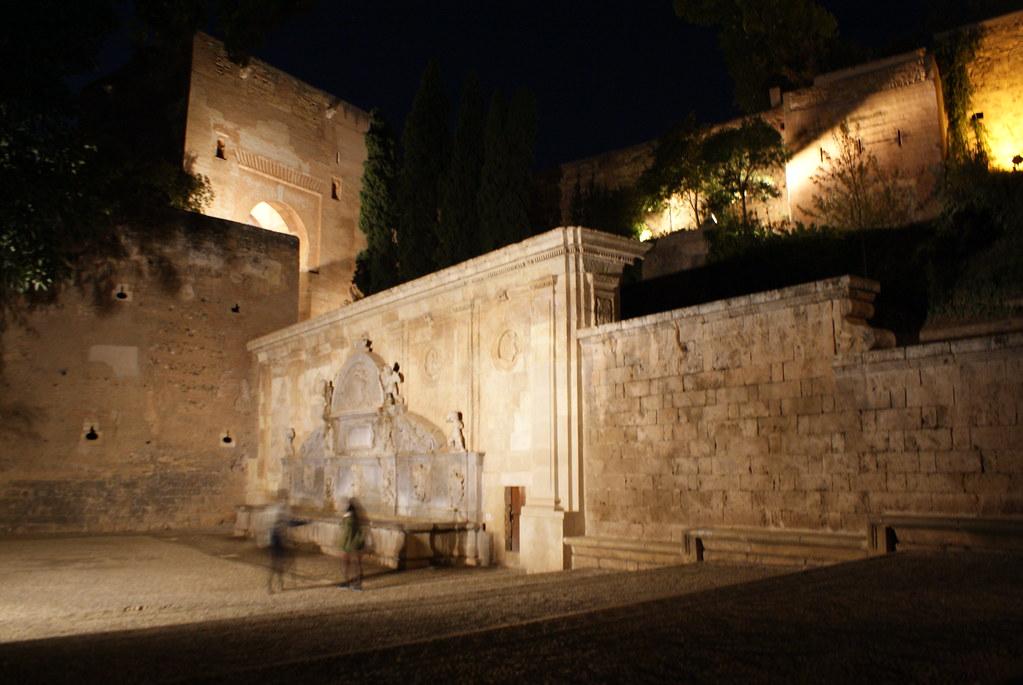 Porte monumentale et fontaine à l'Alhambra de Grenade.