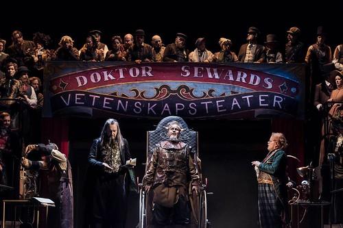 Lars Arvidson som Van Helsing, Jonas Degerfeldt som Renfield, Johan Edholm som Dr. Seward samt Kungliga Operans kör.