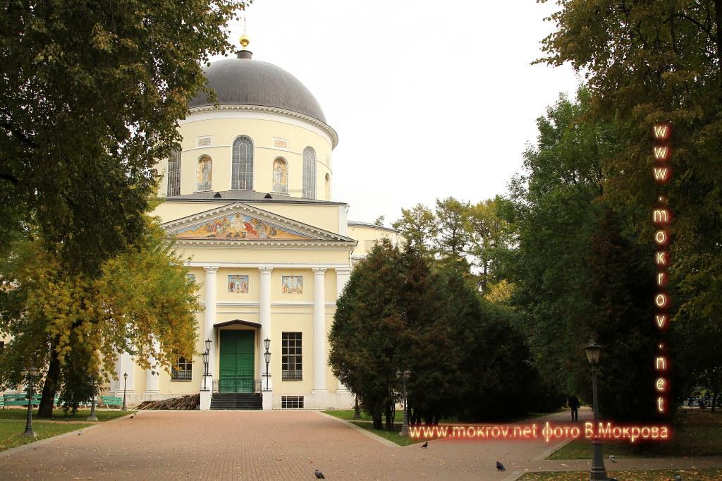 Город Калуга кафедральный Троицкий собор. Освящён в 1819 году, строился 33 года. Первый в России с диаметром безопорного купола 16, 75 м. Для сравнения, диаметр купола Казанского собора в Петербурге 15 м. Высота колокольни около 70 м.
