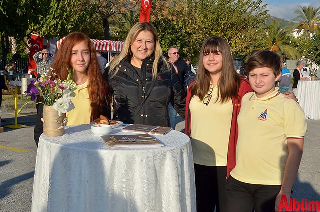 Hayate Hanım Ortaokulu Resim Öğretmeni Nalan Evran ve sempozyuma katılan öğrencileri İrem Armakan, Aleyna Demir, Taulan Grbykov