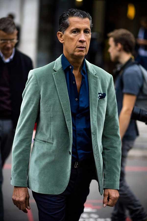 グレイッシュグリーンベロアテーラードジャケット×紺シャツ×紺スラックス