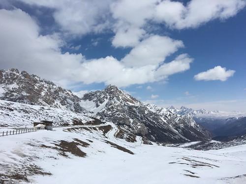 峠から黄龍までのダウンは雪道