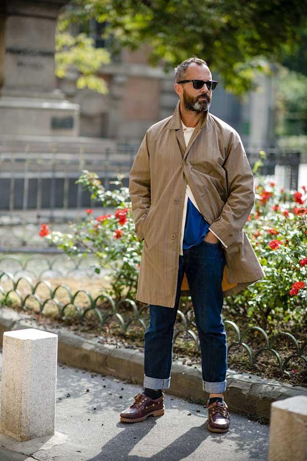 ベージュストライプステンカラーコート×白シャツ×青Tシャツ×デニムパンツ×ティンバーランドデッキシューズ