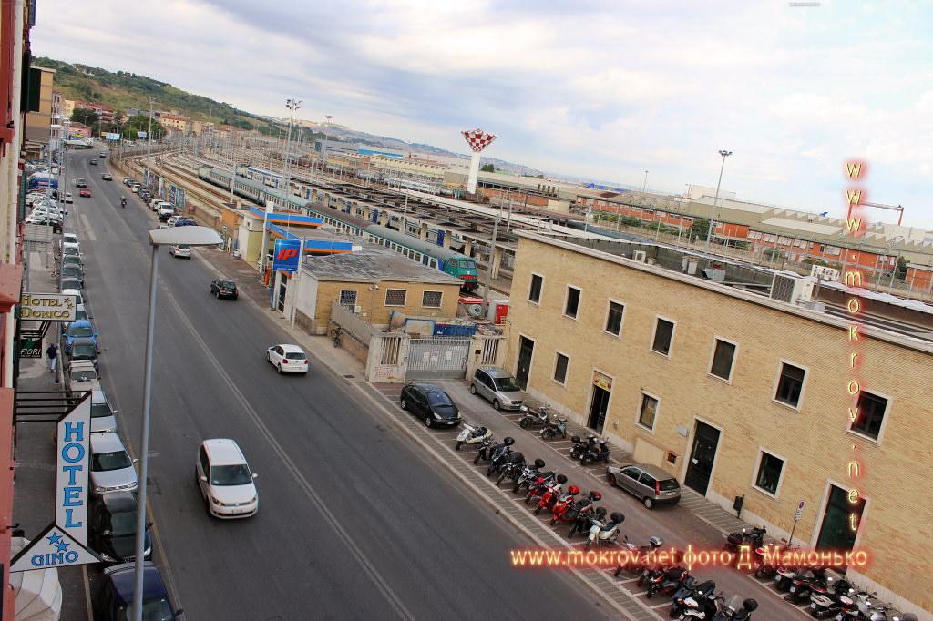 Город Анкона с фотоаппаратом прогулки туристов