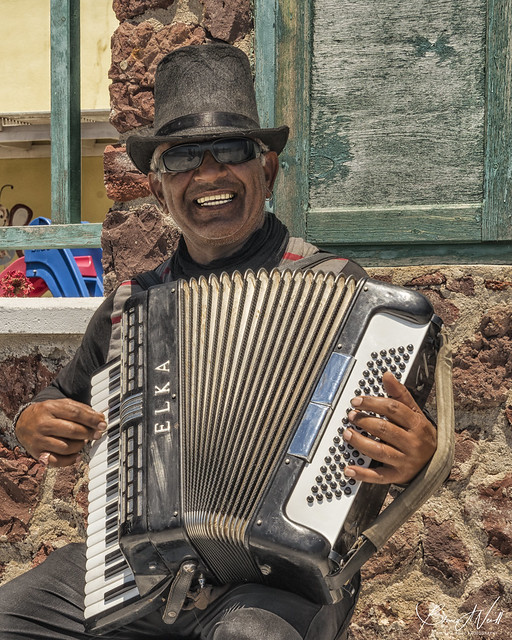 The smiling busker