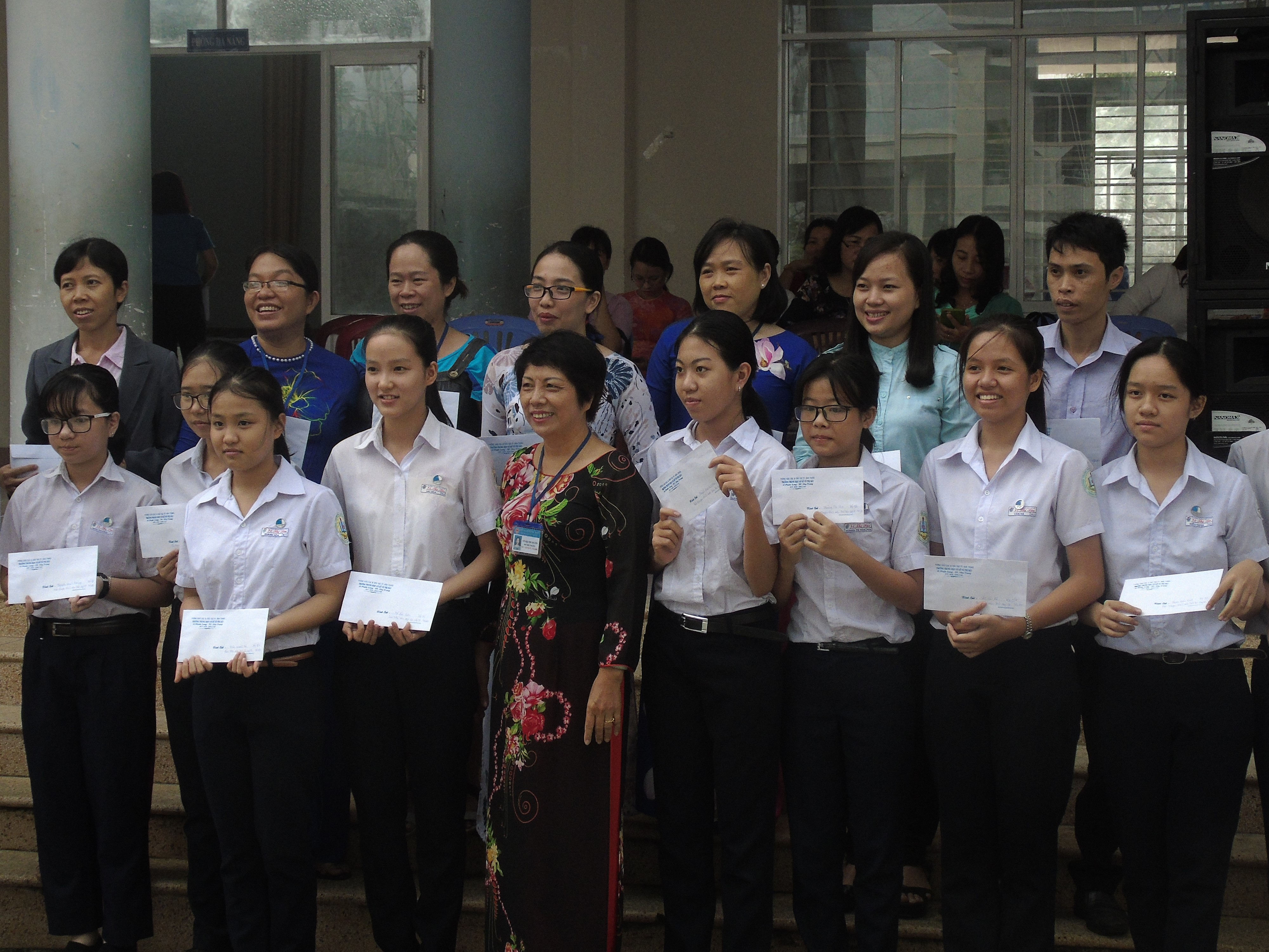 Tin phát thưởng cho giáo viên, học sinh có thành tích trong kì thi học sinh giỏi cấp thành phố và tặng quà học sinh có gia đình bị thiệt hại trong cơn bão số 12