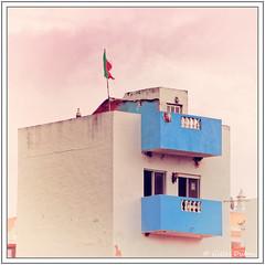 Balcons bleus et drapeau