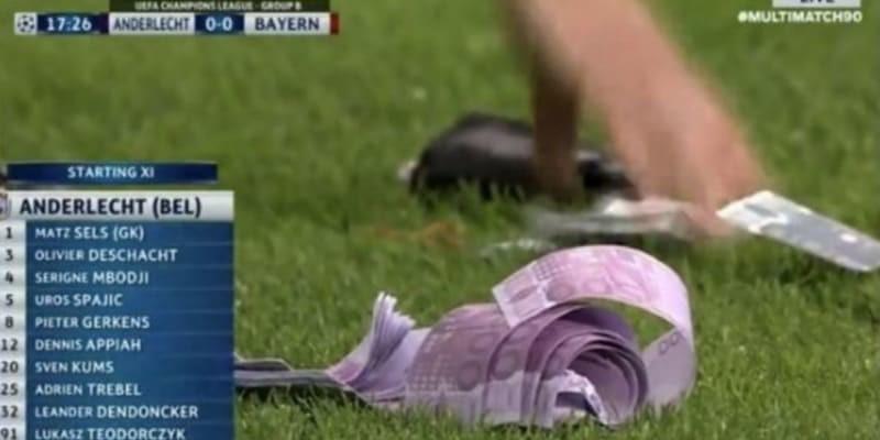 Pertandingan Liga Champions Terjadi Insiden Buang Duit di Lapangan