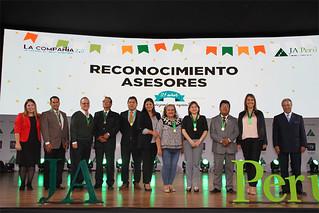 """Una gala solo para emprendedores. El programa """"La Compañía 2.0"""" de Junior Achievement Perú, premió a los mejores proyectos del 2017 en una conmovedora ceremonia de clausura. El evento, realizado el 24 de noviembre en el campus Gran Almirante Miguel Grau de USIL, reunió a más de 40 compañías de 30 colegios a nivel nacional."""