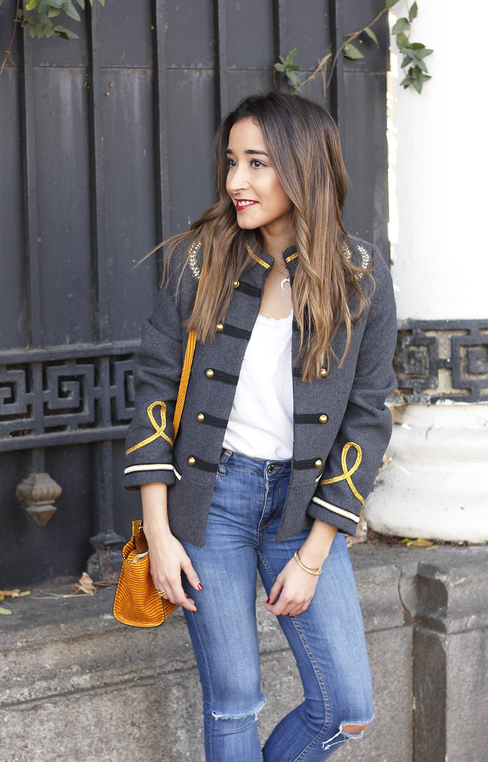 military gray jacket ripped jeans mustard uterqüe bag nude heels fall outfit fashion06