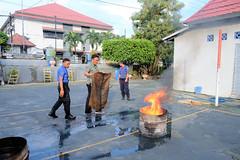 KepalaKPPN Ternate mempraktekkan pemadaman Api menggunakan karung