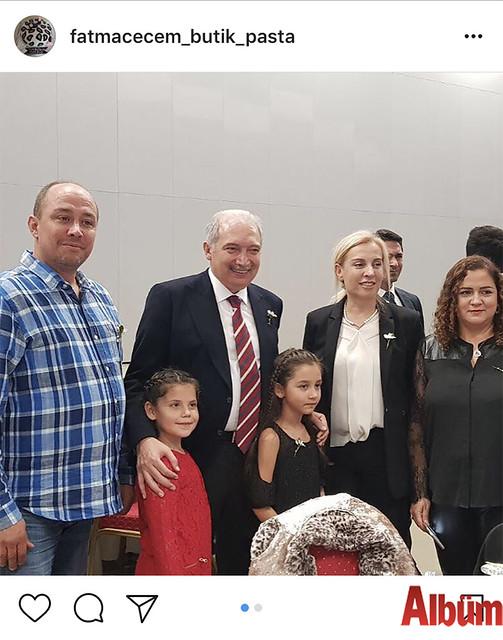 Fatma Çeçem, Kent Konseyi'nin düzenlediği Alanyalılar Gecesi'nden eşi İsmail Çeçem ve kızı Asya Çeçem ile birlikte bu fotoğrafı paylaştı.