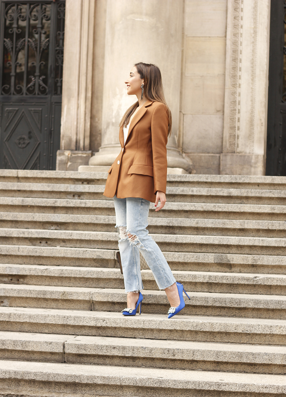 brown blazer uterqüe ripped jeans blue heels gucci bas fall outfit06