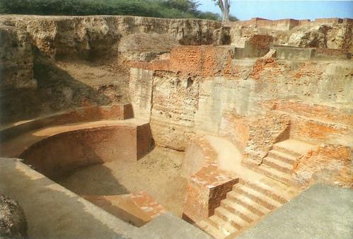 ई.पू. पहली शताब्दी में इलाहाबाद के निकट श्रृंगवेरपुरा में 250 मीटर लम्बा तालाब मिला है जोकि भारत में अब तक प्राप्त प्राचीनतम तालाबों में सबसे बड़ा है।