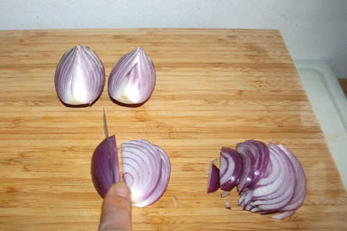 11 - Ziebel in Spalten schneiden / Cut onion in cleaves